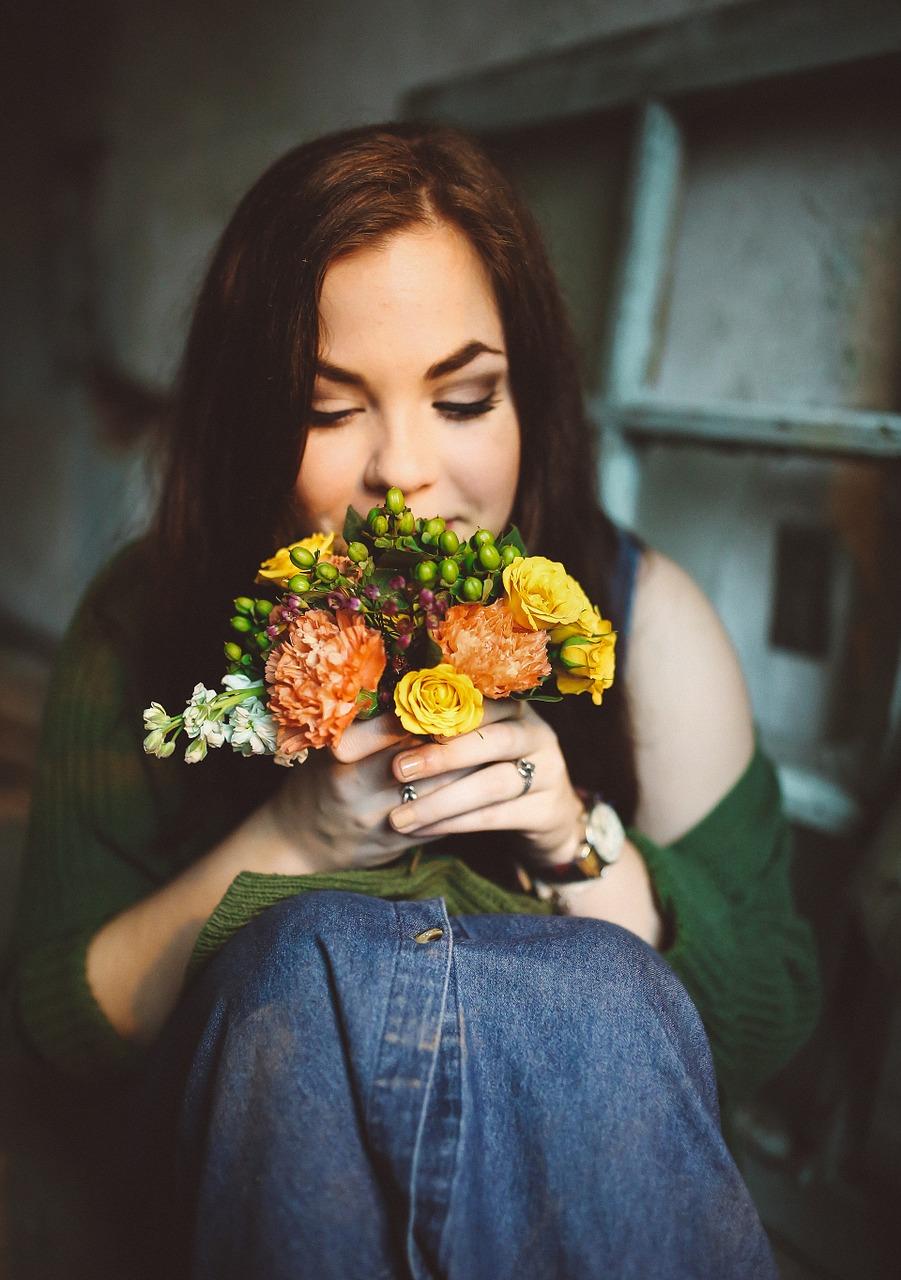 idei cadouri pentru ea- flori si zambete